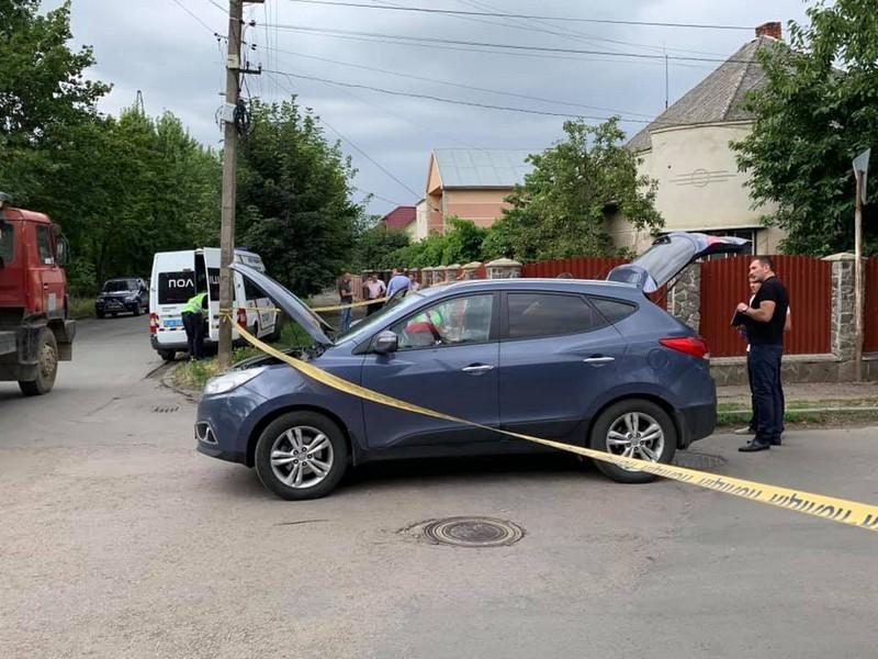 В Ужгороді обстріляли машину керівника Управління захисту економіки в Закарпатській області Андрія Іванкова. Постраждала літня жінка