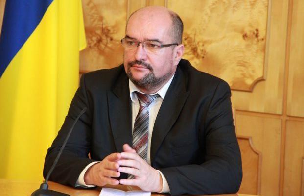 В Закарпатській області облили фарбою білборд із зображенням кандидата у нардепи Василя Брензовича