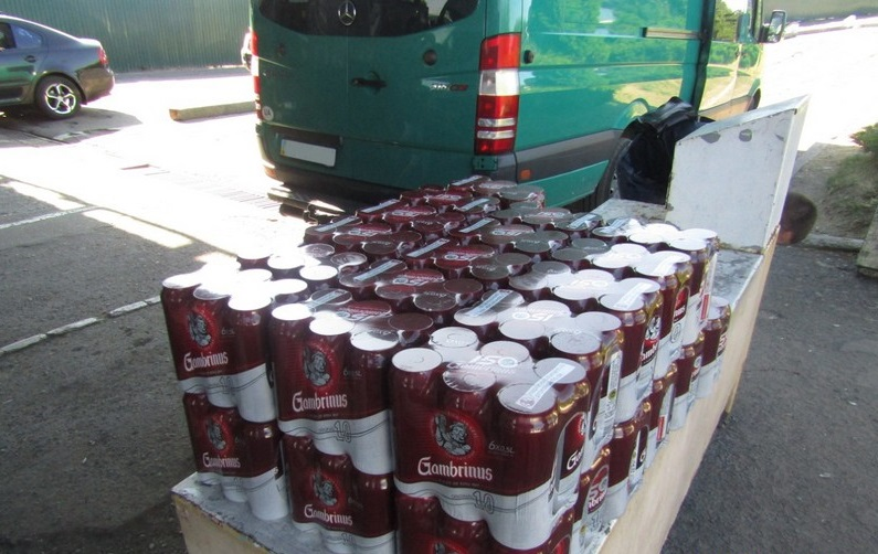 Митники вилучили в українця, який їхав із Чехії, понад 100 літрів пива