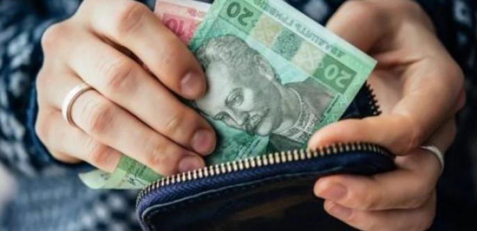 У соцмережі оприлюднили фото жінки, яка краде гаманці у пасажирів маршруток