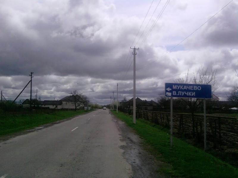 Люди відчувають неприємний запах: у селі на Мукачівщині виявили витік невідомої речовини