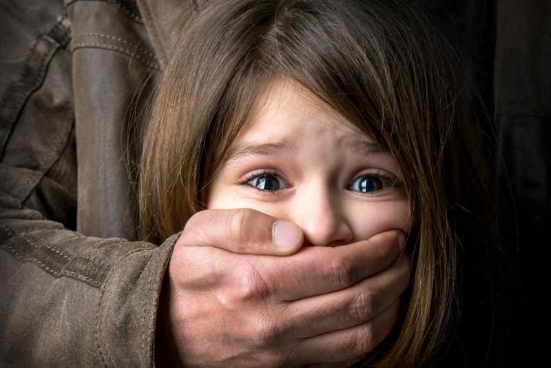 На Закарпатті чоловік розбещував 7-річну дівчинку