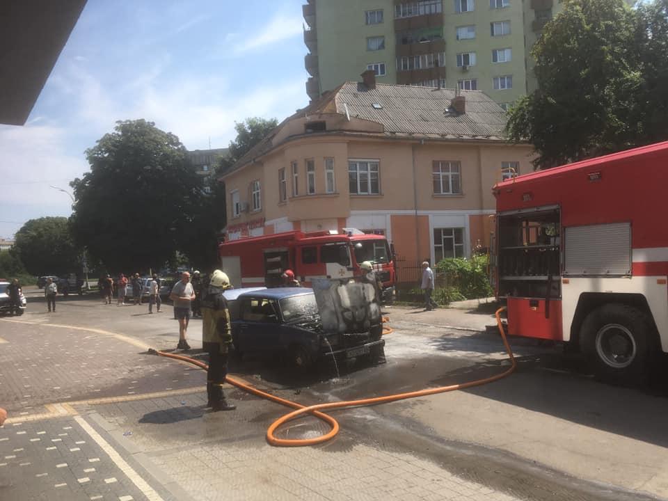 В центрі Ужгорода горів автомобіль, обладнаний ГБО