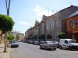 Лежала на тротуарі із розбитими колінами і ліктями: у Мукачеві вранці посеред вулиці напали на жінку