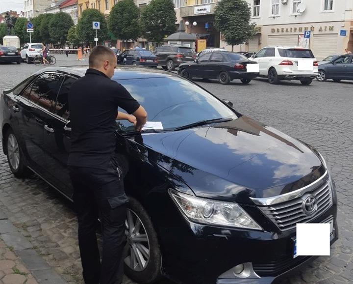 """Фотографують порушення, заповнюють бланк, залишають під """"двірниками"""": як у Мукачеві штрафують водіїв без їх присутності"""
