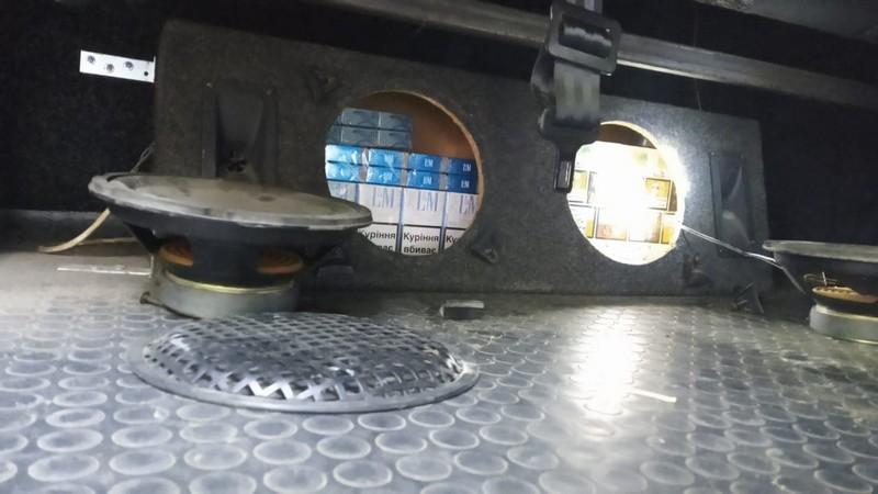 Прикордонники знайшли сховок у мікроавтобусі