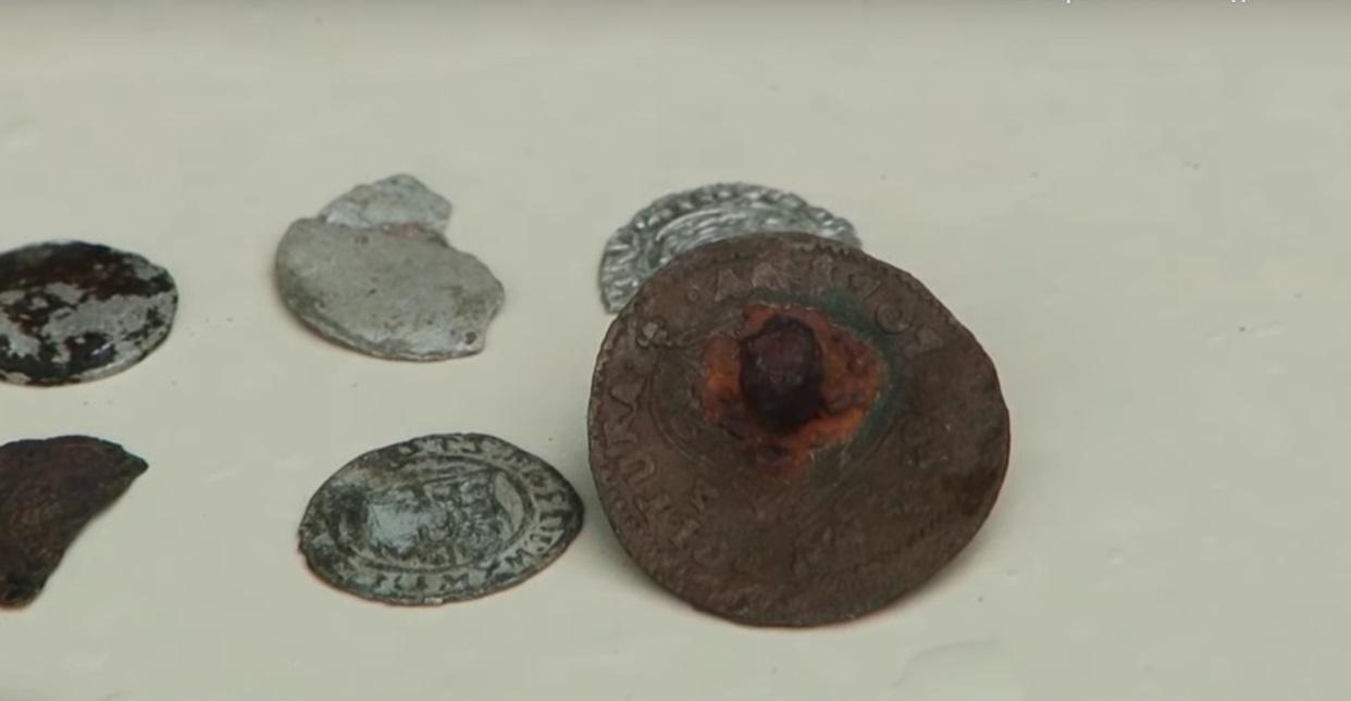 У Хустському замку археологи знайшли монети та заготовки для виготовлення фальшивих монет