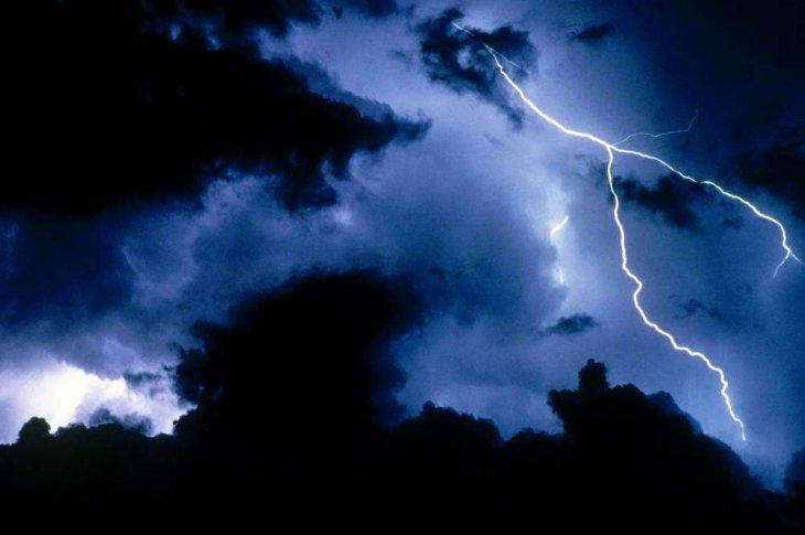 Грози, зливи та сильний вітер: закарпатців попереджають про неспокійну ніч