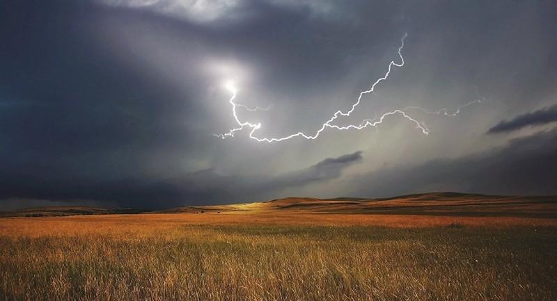 Закарпатців попереджають про зливи та грози
