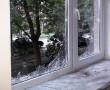 Порозбивав шибки та зламав двері: агресивний чоловік намагався потрапити у квартиру, в якій були жінка з дитиною