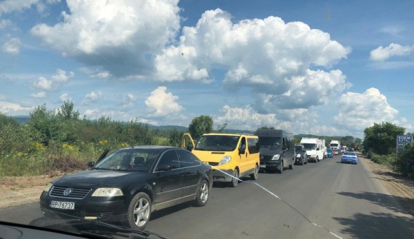 У Мукачівському районі утворилися кілометрові затори