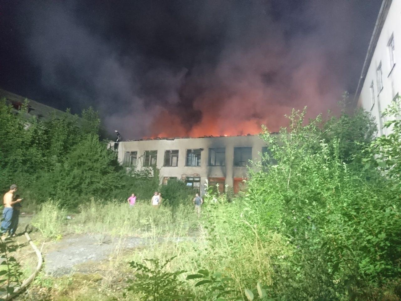 Масштабна пожежа у Берегові: фото з місця події