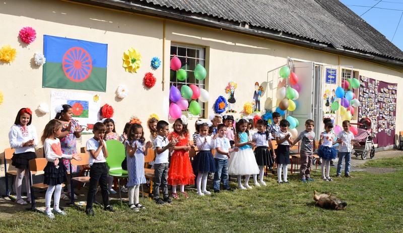 Три десятки ромських дітей підготували до 1 класу в Ужгороді