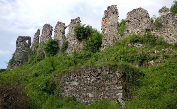 У Tinder з'явилися профілі двох замків Закарпаття: відома причина