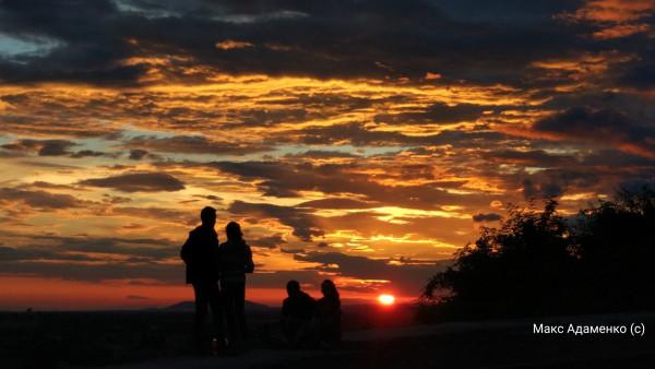 Над Мукачевом сфотографували неймовірної краси захід сонця