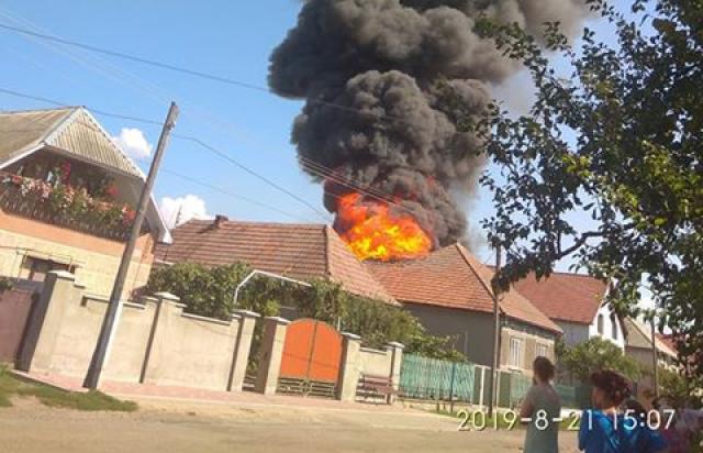 У селі на Мукачівщині велика пожежа: горять два будинки