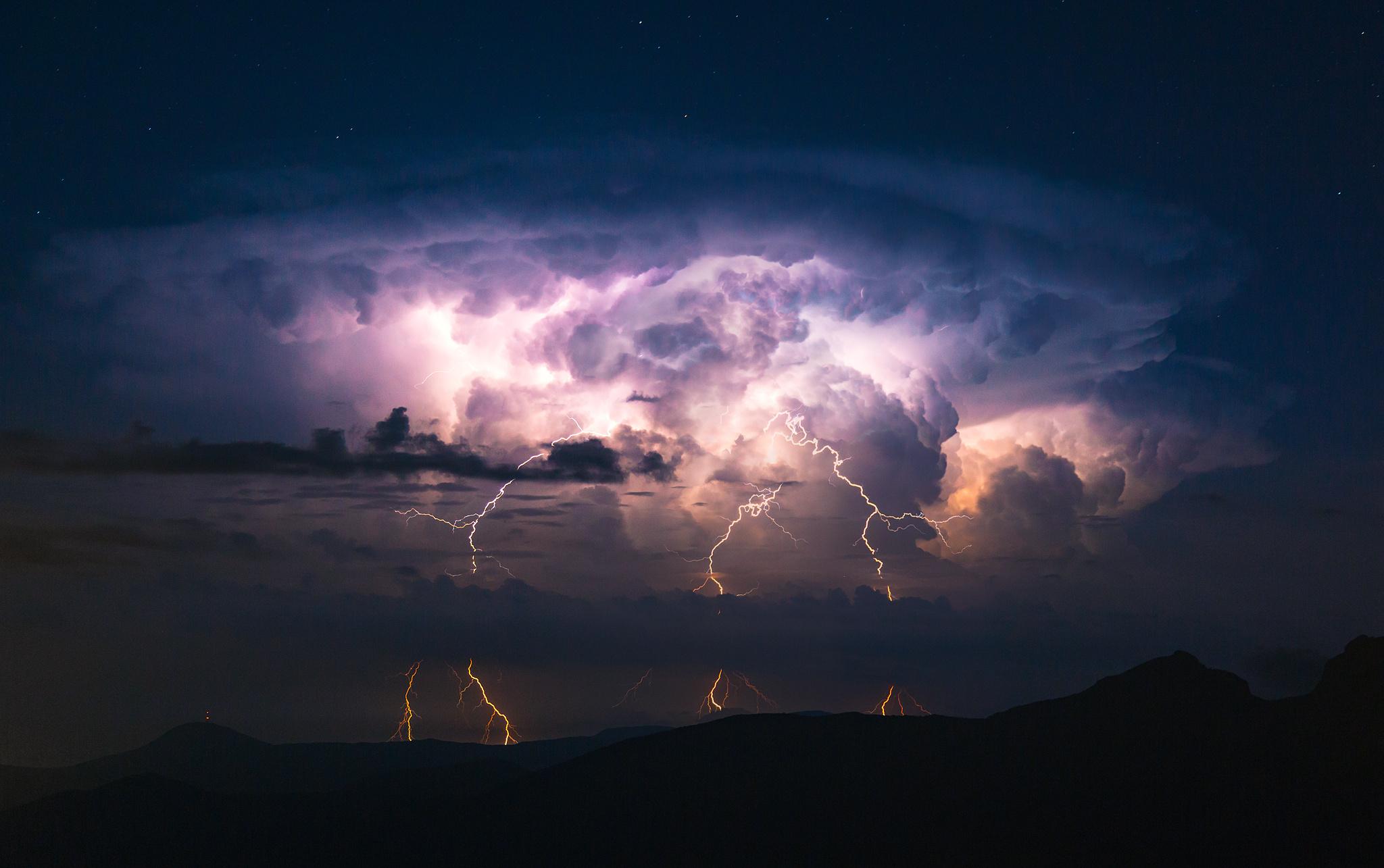 На Закарпатті блискавка вдарила біля групи людей: є травмовані