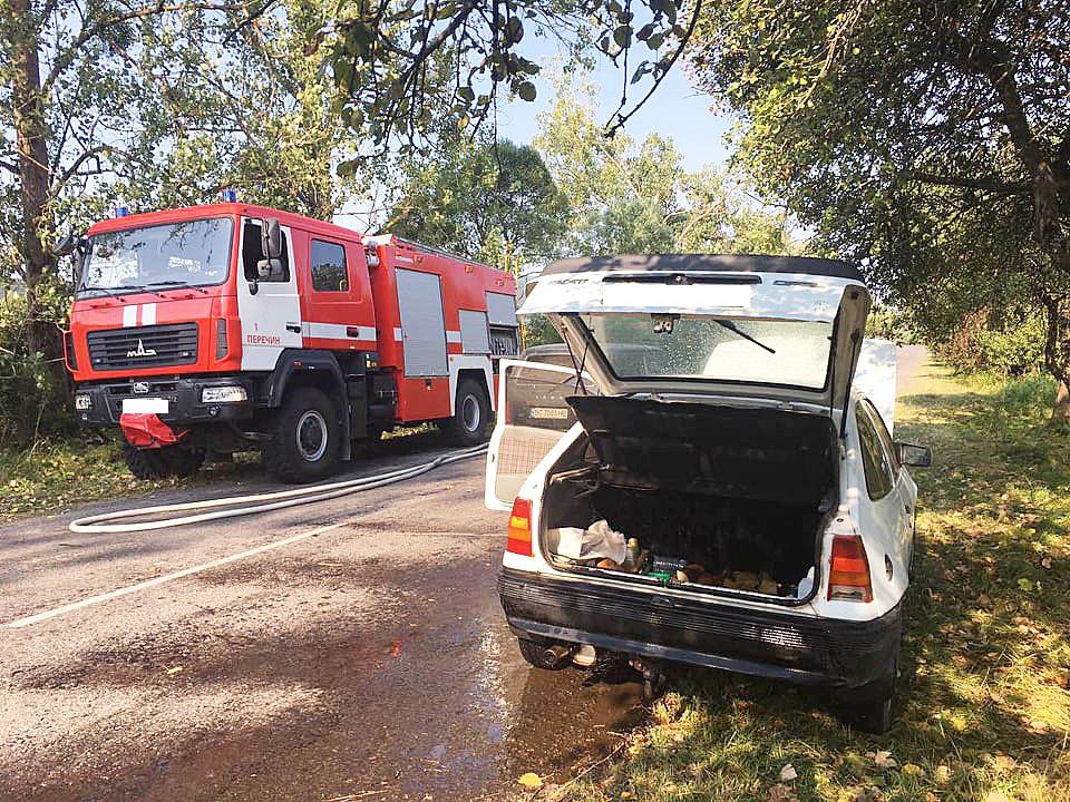 На Перечинщині рятувальники гасили палаючий автомобіль