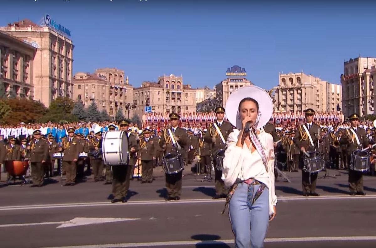 Закарпатка Аліна Паш виконала реп під час гімну України на Ході Гідності