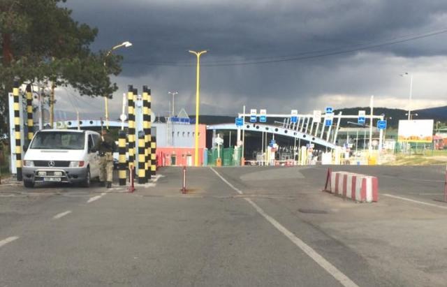 Довжелезні черги спостерігаються на кордонах з Угорщиною і Словаччиною