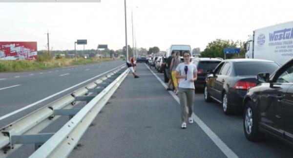По 12 годин очікування, у спеку та без належних умов: люди бідкаються на черги на кордоні
