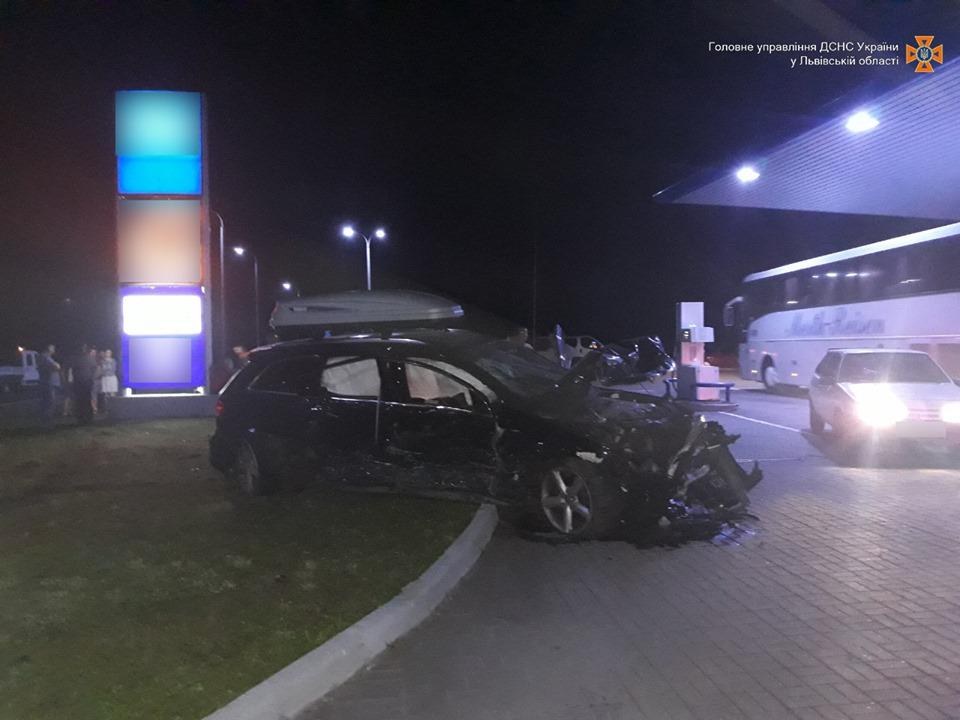 У мережі опублікували фото жахливої аварії, в якій загинули дві людини
