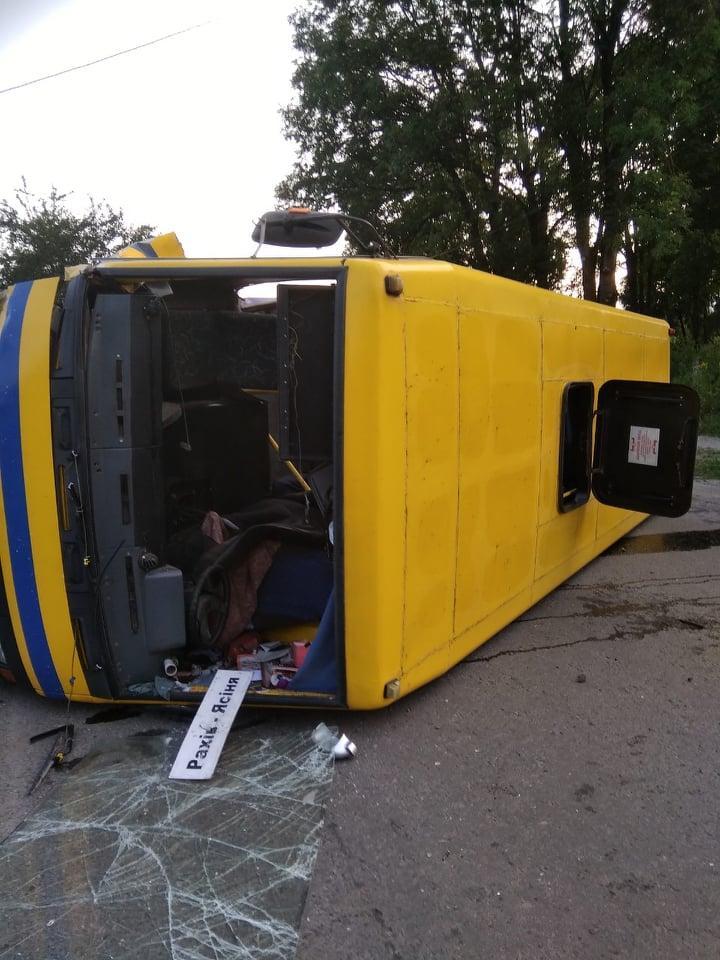 """Автобус """"Рахів-Ясіня"""" внаслідок ДТП перекинувся на бік: є постраждалі"""