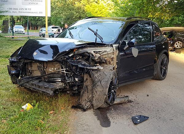 """Прокуратура з'ясовує, чому чоловік дав свій """"Porsche Cayenne"""" дівчині, яка потім скоїла резонансну аварію"""