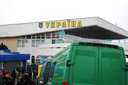 Митники Закарпаття конфіскували в українця брендові речі з Італії