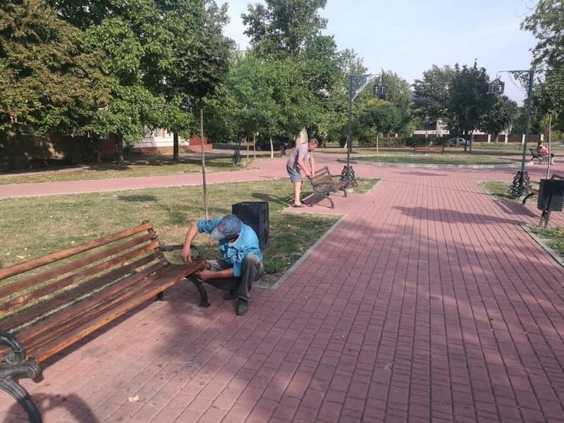 На одній із вулиць Мукачева встановлюють нові лавки та урни для сміття