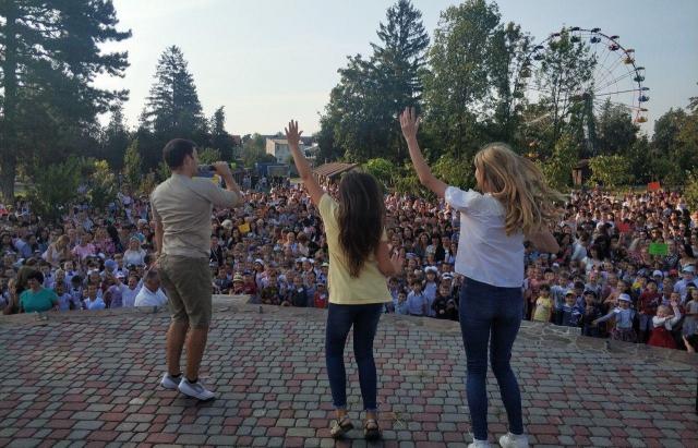 """""""Поверніть нормальні шкільні лінійки"""", – соцмережі вибухнули коментарями після проведення свята для першачків у парку Перемоги в Мукачеві"""