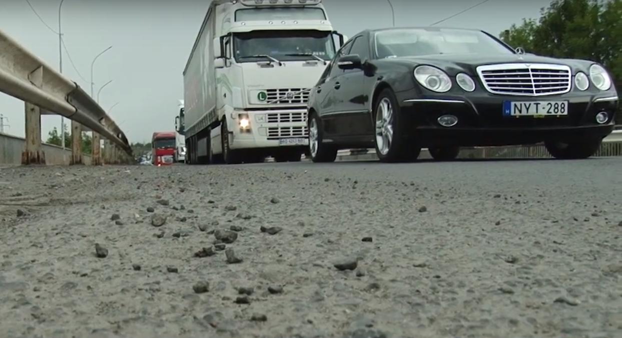 Щоденні затори на дорозі: водії змушені чекати по 40 хвилин