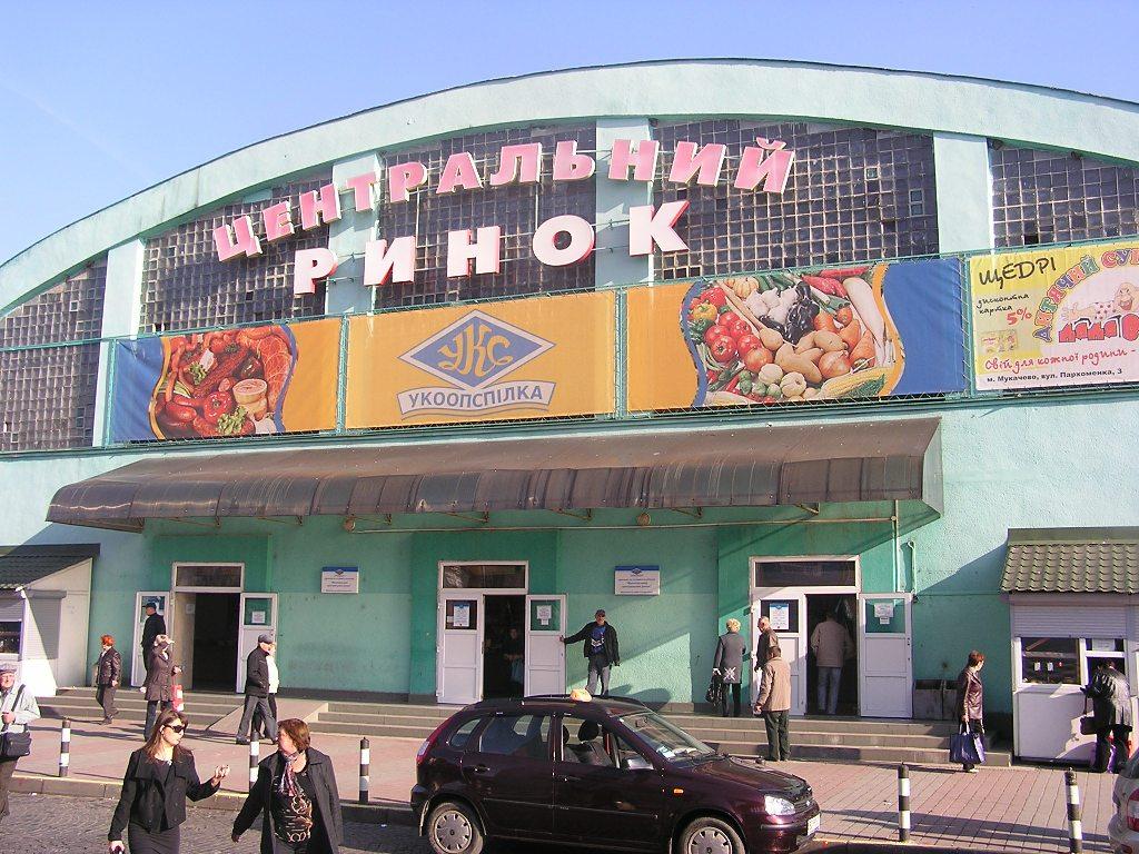 У Мукачеві на центральному ринку із рук чоловіка вирвали 10 тисяч гривень