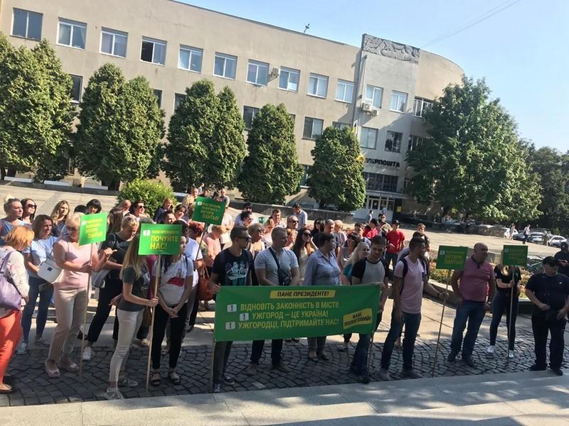В Ужгороді мітингують працівники пологового будинку