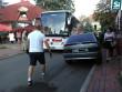 У Мукачеві чоловіки пересунули авто, яке заважало проїхати туристичному автобусу