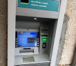 Чоловік забрав із банкомату чужі гроші: подробиці