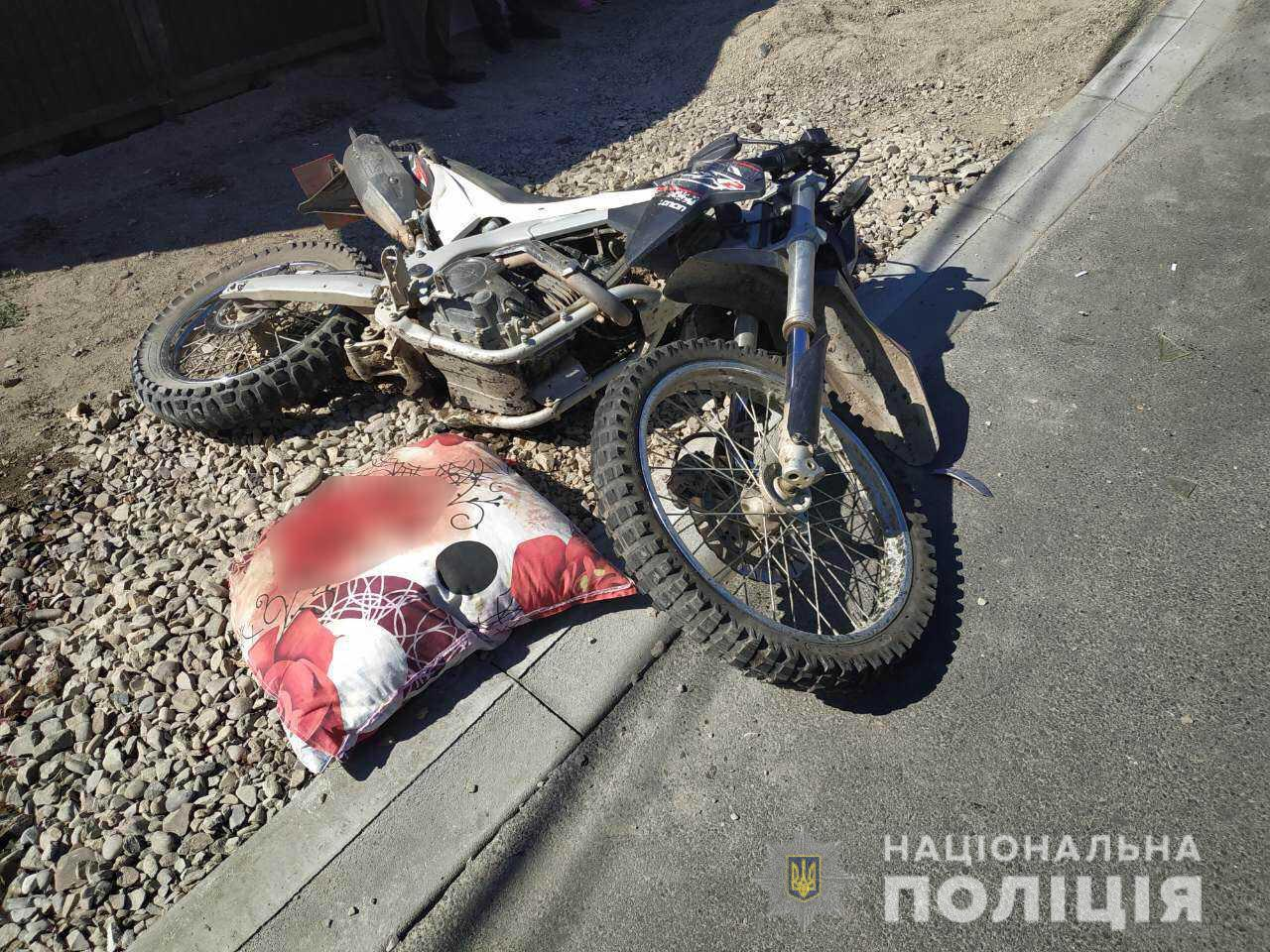 """19-річна дівчина на """"Тойоті"""" збила мотоцикліста: чоловік у реанімації"""