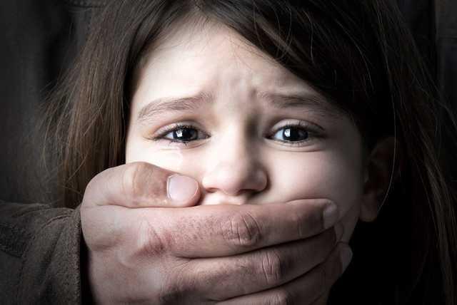 Пообіцяв віддати цукерки: 57-річний чоловік розбещував 7-річну дівчинку