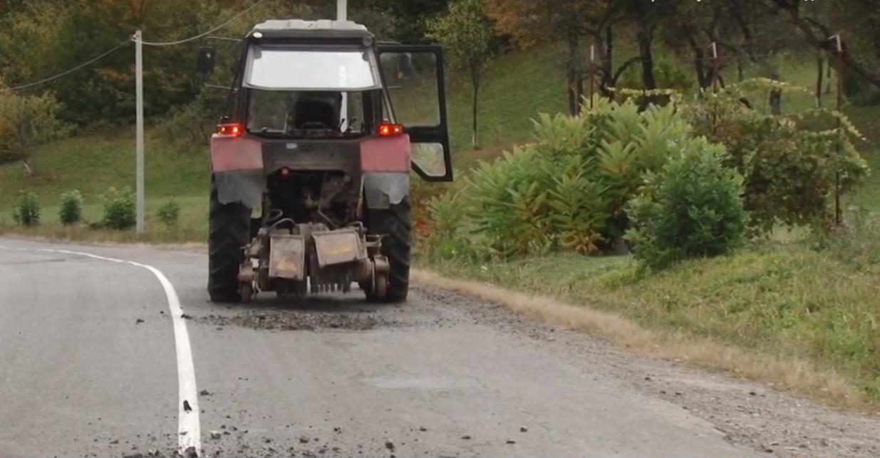 На дорогах Тячівщини тривають ремонтні роботи