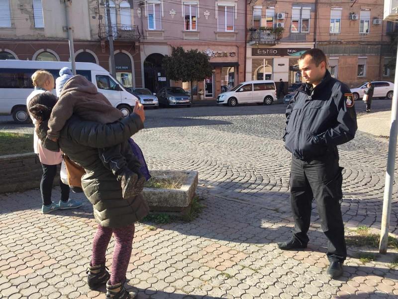 Горе-мати залишила дворічну дитину посеред вулиці у Мукачеві