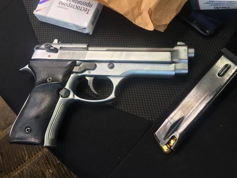 На КПП «Ужгород» службовий пес виявив зброю у машині