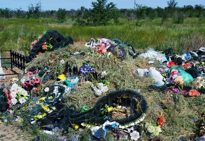 Ужгородські комунальники скаржаться на захаращення кладовищ сміттям