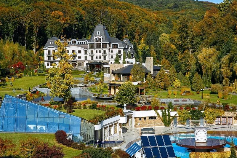 Періс Хілтон придбає курортний комплекс на Закарпатті. Вже почали виконувати вимоги зірки, – ЗМІ