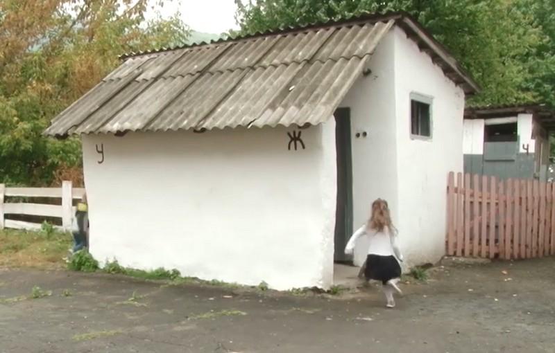 У кожній четвертій школі Закарпаття туалети досі на вулиці