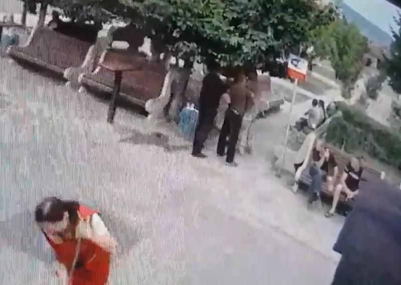 Камери відеоспостереження зафіксували бійку у людному місці
