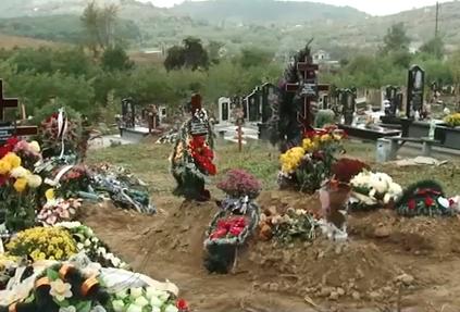 Невдовзі з ям визиратимуть кришки трун: на одному з кладовищ Мукачева виникла проблема