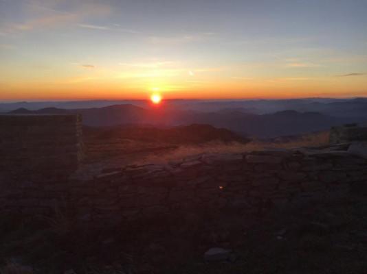 Мережу підкорюють фото казкового сходу сонця