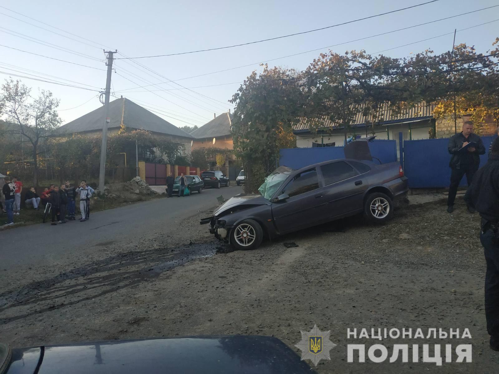 """Хлопець на """"Опелі"""" врізався у паркан: 25-річний пасажир автівки перебуває у важкому стані"""