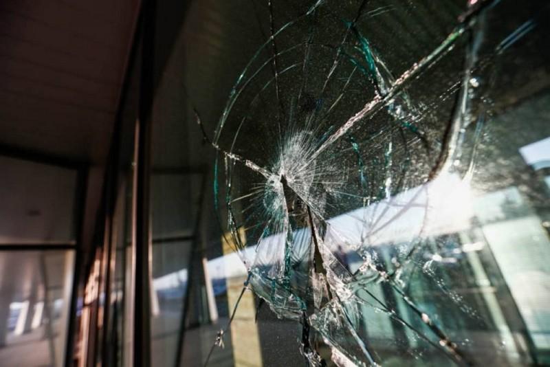 У Мукачеві розбили вітрини двох магазинів