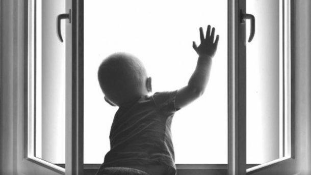 Однорічна дитина випала із вікна
